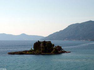 Klein eiland met een kerk