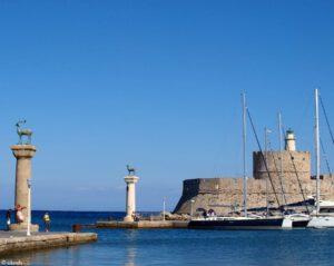 De ingang van de haven Mandraki