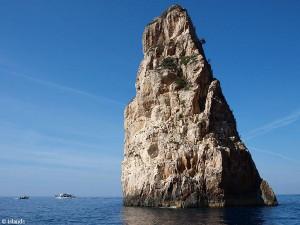 Gigantische rotsen in de zee