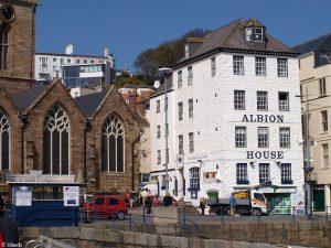 Die Kirche und der Pub